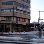 積もった雪の重さに耐えられず商店街の屋根が崩落。