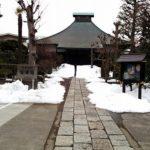 残雪の切り通しがあるお寺を都内で見つけた。