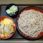 「名代 富士そば」24時間営業の店内に流れる演歌を聴きながらそばをすすり、かつ丼を食らう、
